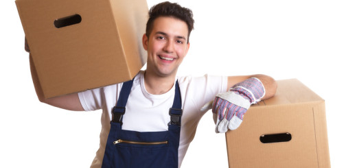 Lachender Möbelpacker bei der Arbeit