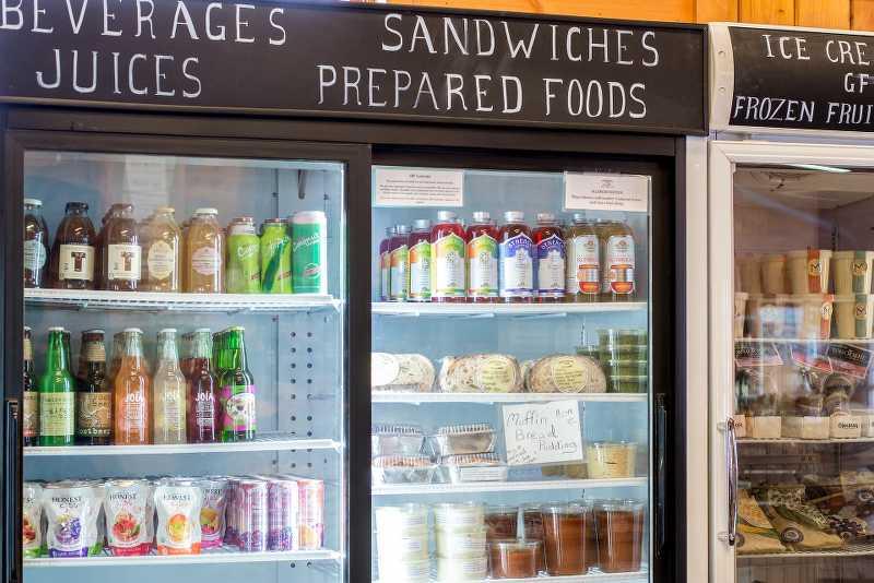 Produkty ułożone w szafie chłodniczej
